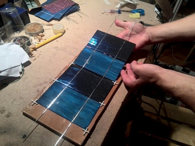 Solar cells tabbing jig using tile spacers - removing cells from jig